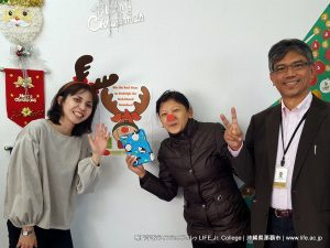 Merry Christmas-December 25th-special English class-Christmas Party-lots of fun-students really enjoyed-Christmas party games-contemporary Christmas songs-annual event-LIFE Jr. College-Campus Life-Christmas Party-photos-Facebook-メリークリスマス-パーティー-12月25日-英語クラス-クリスマスパーティー-クリスマスー-専門学校ライフジュニアカレッジ-毎年開催-専門学校-ライフジュニアカレッジ-キャンパスライフ-HELLO WORLD!-We are LIFE Jr. College!-英語で世界と繋がる仕事をめざす-ホテル-観光-国際ビジネス-留学-大学編入-沖縄県の専門学校ライフジュニアカレッジ-学校法人 成道学園-沖縄県知事認可専修学校-沖縄専門学校ライフジュニアカレッジ-沖縄県那覇市-Eメール:info@life.ac.jp-ネット:www.life.ac.jp